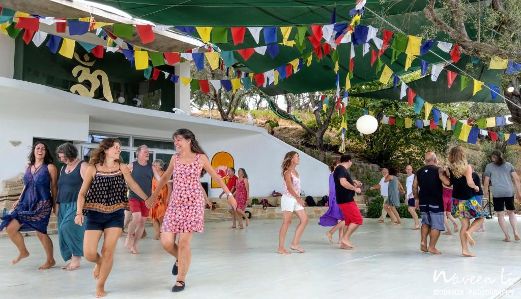 Tanzen im Gayatri Mandir